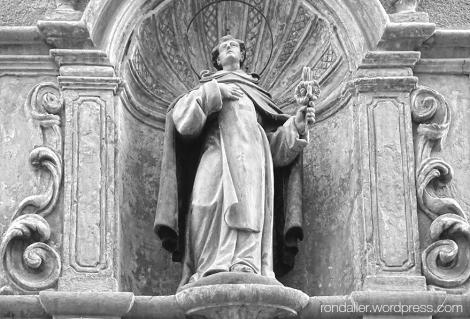 Escultura de Miquel Argemir més conegut per Sant Miquel dels Sants a la façana de l'església barroca.
