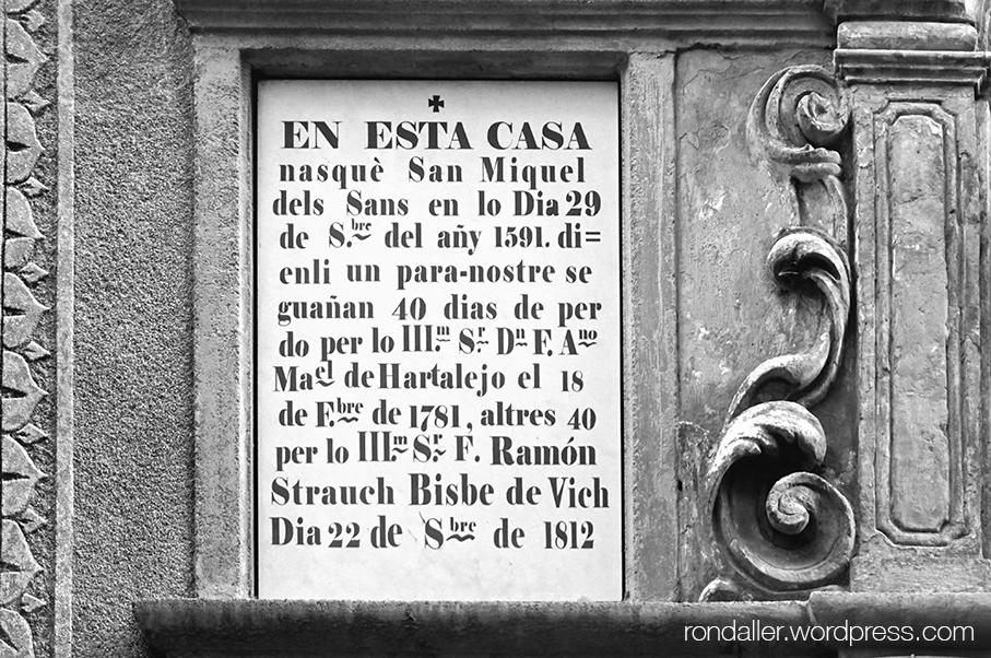 Plafons que ens expliquen en un mig català mig castellà ple d'abreviatures, que obtindrem un bon grapat de dies de perdó resant el que recomana aquest bisbe.