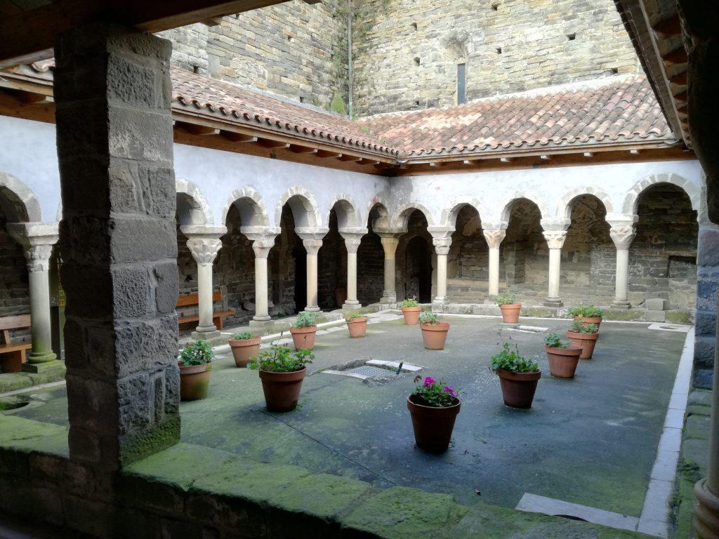 El claustre del monestir de Sant Pere de Casserres.
